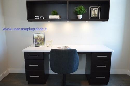 scrivania con mensola