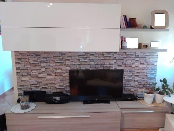 parete del salotto con carta adesiva